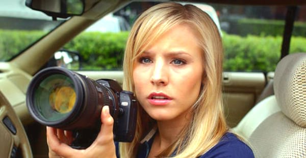 Kristen Bell, blonde, blond, invesitgate, camera, think, thinking, smart, spy, glasses, general knowledge, trivia, iq, quiz, confused