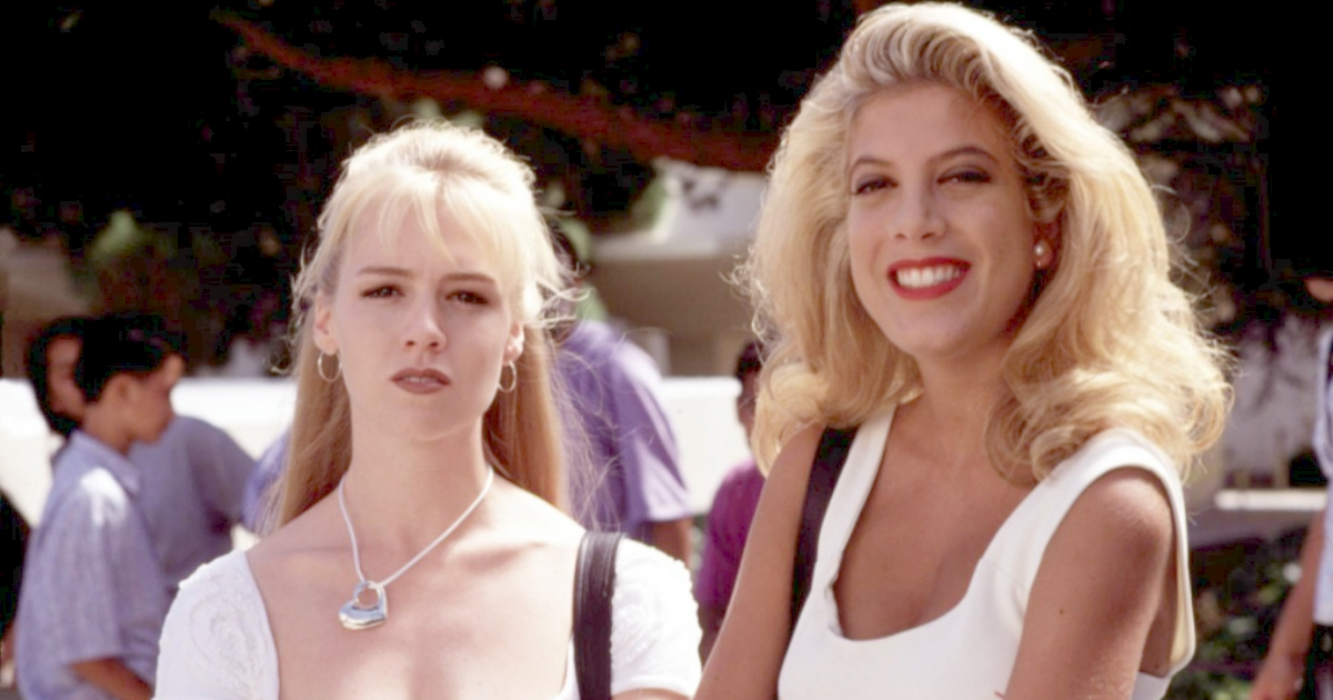 Jennie Garth and Tori Spelling as Kelly Taylor and Donna Martin in the Fox series Beverly Hills, 90210, celebs, movies/tv