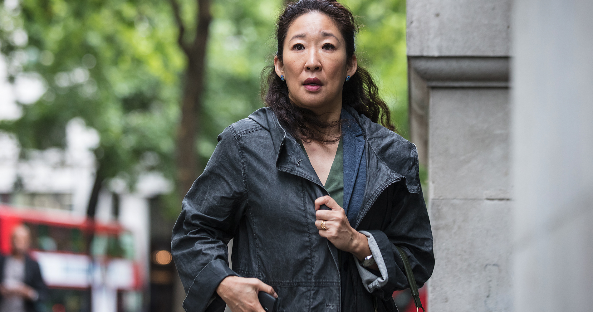 Where to watch Killing Eve season 1 online, free, BBC America, sandra oh, Jodie Comer, at knife, confrontation, sandra oh confused