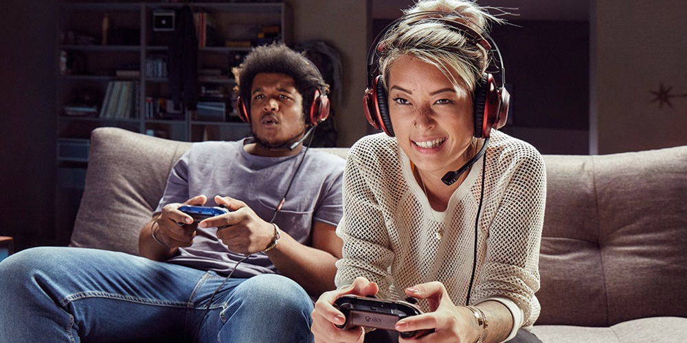 Couple playing XBOX together., science & tech, wdc-slideshow