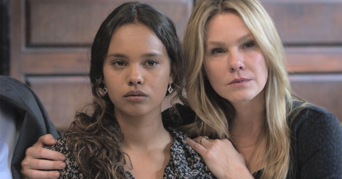 Jessica being consoled by her mom in the courtroom on 13 Reasons Why