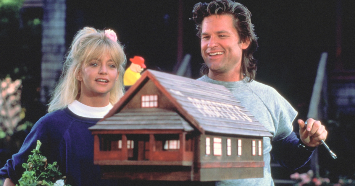 Goldie Hawn and Kurt Russell looking at a bird house in Overboard
