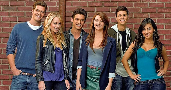 the cast of the secret life of the american teenager standing in a row smiling, best pregnancy tv shows ranking
