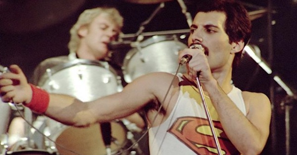 freddie mercury singing on stage with queen
