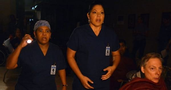 callie and bailey holding a flashlight in the dark at the hospital looking shocked, grey's anatomy season 9