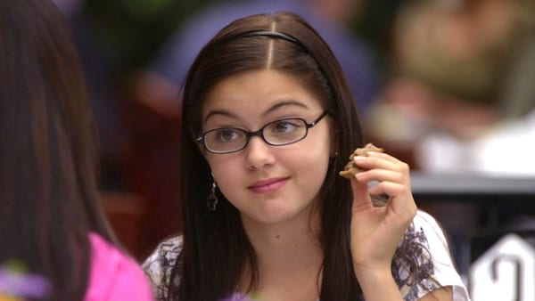 modern family, alex dunphy, ariel winter, glasses, kid, smart, eating, food, child, hero