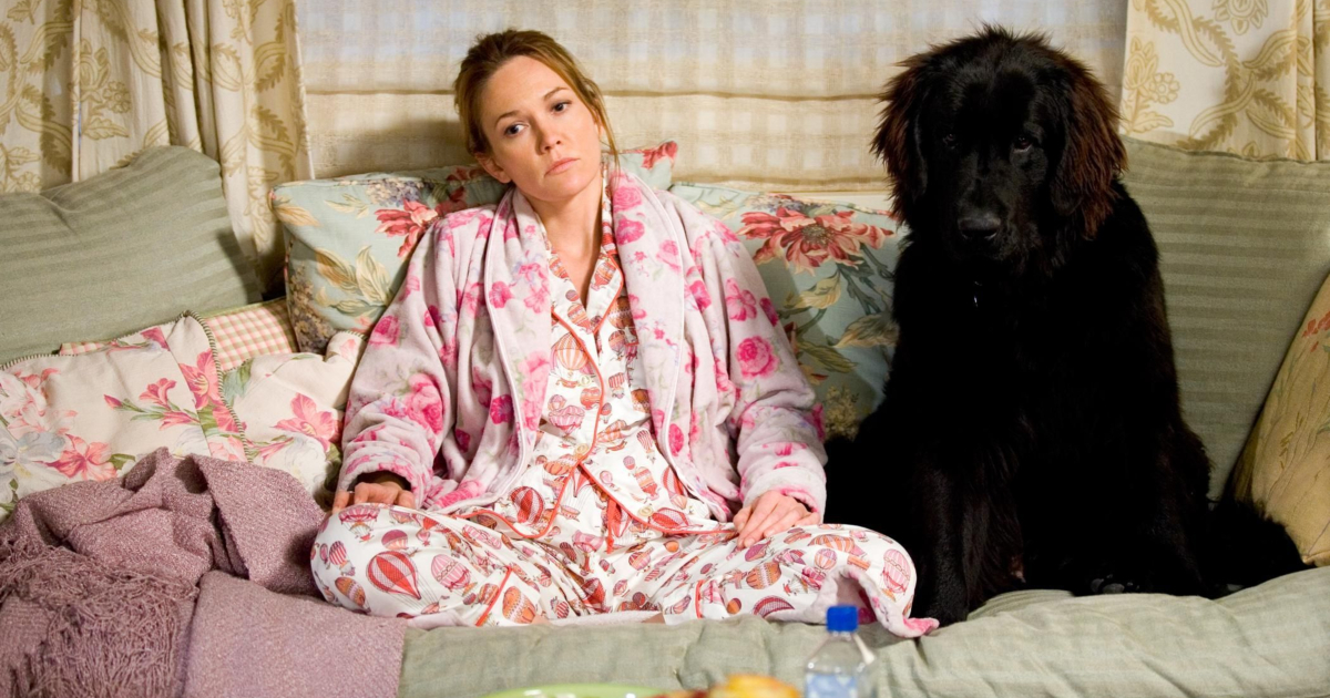 Diane Lane sitting on the couch with her dog in 'Must Love Dogs'