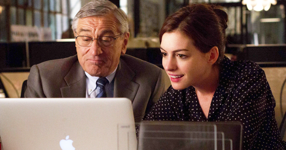 Anne Hathaway helping Robert De Niro fill out his Facebook page in 'The Intern'