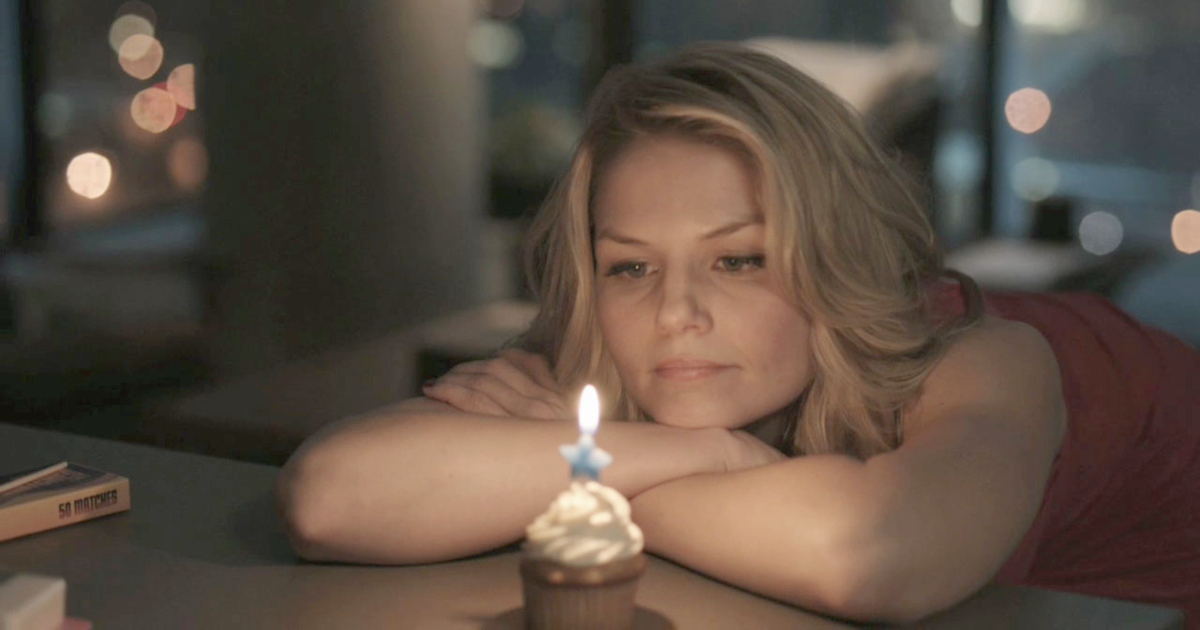 Emma Swan staring at a cupcake in the pilot for 'Once Upon a Time'