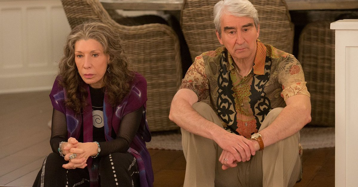 Frankie sitting with her ex-husband on 'Grace and Frankie'