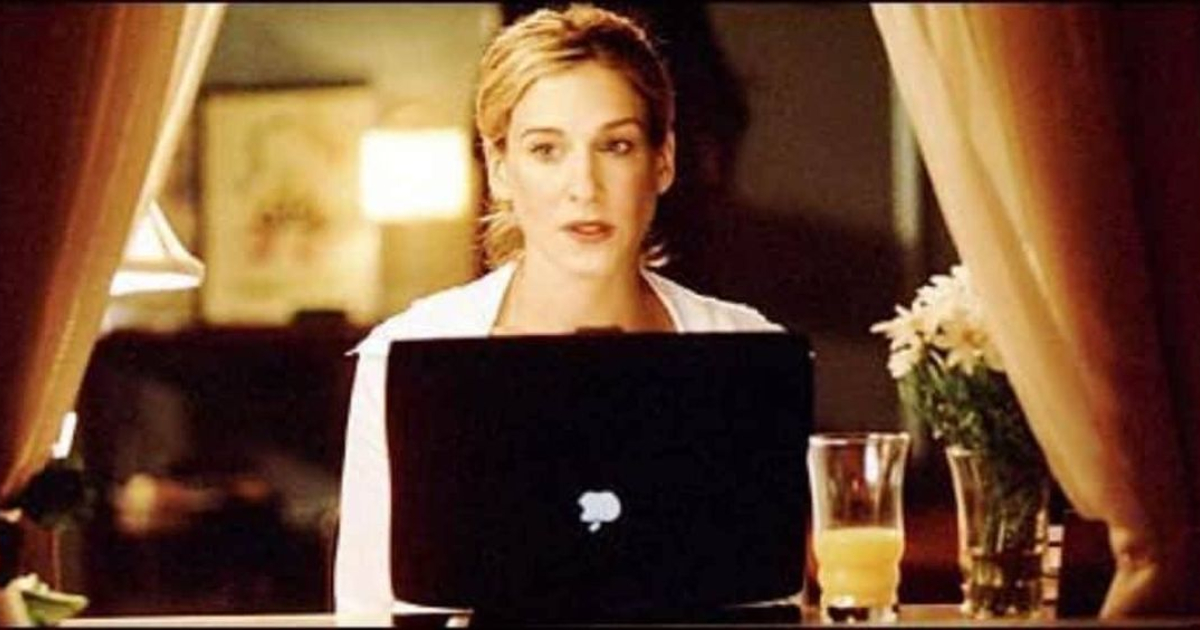 Carrie sitting in front of her laptop in a scene from 'Sex and the City'