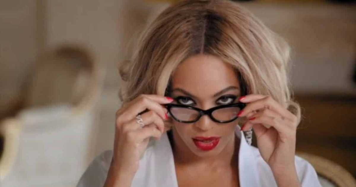 Beyoncé seductively pulling off her glasses in her \Partition\ music video