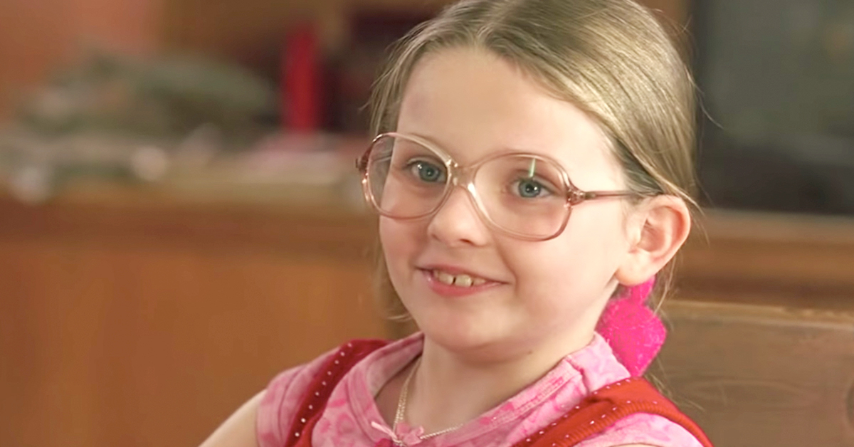 Abigal Breslin as Olive Hoover smiling wearing but pink glasses as a little girl in Little Miss Sunshine