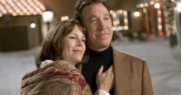 Tim Alen and Jamie Lee Curtis cuddling in the snow in 'Christmas With the Kranks'