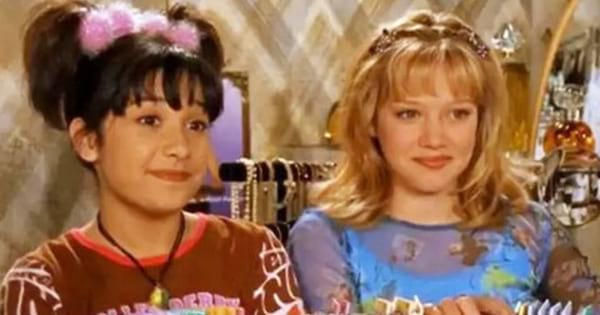 Lizzie and Miranda going bra shopping in an episode of 'Lizzie McGuire'
