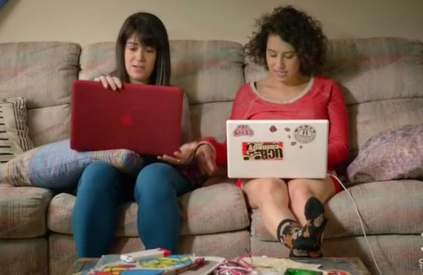 Broad City Abbi and Ilana on a couch. Broad city, quarantine, home, couch, bored, computer, bedbugs